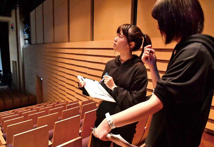 在学中から「2.5次元」を<br>含むミュージカル・演劇に<br>スタッフとして参加